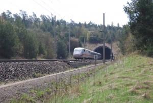 Ein ICE 1 auf der Schnellfahrstrecke zwischen Fulda und Kassel. Von hier aus soll ein neuer Abzweig zur Ausbaustrecke Richtung Thüringen bzw. Erfurt und dann nach Berlin entstehen.