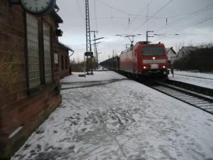 Der Bahnhof von Weiterstadt im Winter.