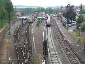 Der Bahnhof Treysa. Auf Gleis 2 ein Doppelstockzug der Linie RE 30 von Frankfurt über Gießen und Marburg nach Kassel sowie auf Gleis 3 ein Mittelhessen-Express an seiner Endstation. Auf dem Bild rechts ist das Gleis 1 und das Empfangsgebäude.