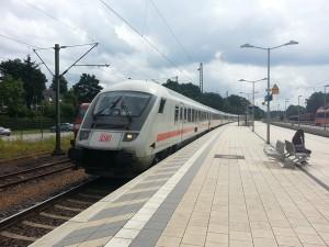 Ein IC der Linie 26 (Hamburg-Hannover-Kassel-Marburg-Gießen-Frankfurt-Karlsruhe) fährt auf Gleis 1 durch den Bahnhof von Stadtallendorf. Wird er auch künftig hier mehrmals am Tag halten?