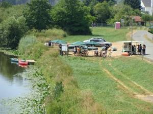 Sommeridylle mal klein - hier im sanften Tourismus an der Lahn am Bootsanleger bei Lahnau in Mittelhessen. Die Lahn ist der am stärksten von Kanus frequentierte Fluss Deutschlands mit rund 10.000 Booten jährlich. Nur noch im unteren Teil ab Limburg wird die Lahn von Ausflugsschiffen befahren.