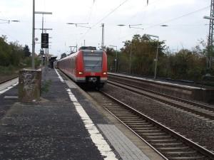 Jeder zweite Zug der S 6 fährt tagsüber nur von Frankfurt-Süd bis Groß-Karben und macht so aus dem Halbstundentakt der S 6 in dem Abschnitt einen Viertelstundentakt. Hier steht die S-Bahn in Groß-Karben auf dem dafür vorgesehenen Gleis 2.