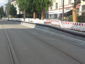 Hier kann man sehr gut erkennen, dass künftig nur der mittlere Teil der Stadtbahn-Traktion der barrierefreie Ausstieg möglich sein wird. Vorn und hinten ist weiterhin eine Stufe vorhanden.
