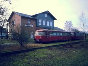 Der Bahnhof Kinzenbach in Mittelhessen  an der 1980 für den Personenverkehr eingestellten  und 1995 abgebauten Strecke Wetzlar-Lollar, einem Teil der Kanonenbahn Berlin-Metz. Als Erinnerung steht hier noch auf wenigen Metern Gleis ein Schienenbus vor dem inzwischen als Heimatmuseum genutzten Bahnhofsgebäude.