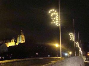 """Weihnachtliche Stimmung in Mittelhessen - an der """"Alten Lahnbrücke"""", dem Weg in die Altstadt, im Hintergrund der """"Wetzlarer Dom""""."""