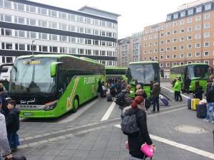 Die ersten drei Warteplätze des künftigen Fernbusterminals Frankfurt am Main. Man sieht hier die beidseitigen Fußgängerflächen/Bussteige. Später werden auch sie überdacht sein.