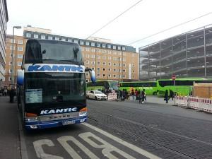 Die anderen Anbieter, insbesondere für Routen ins Ausland, müssen noch entlang der Straße halten. Marktführer Flixbus steht schon auf der Fläche des künftigen Fernbusterminals. Hier ein Blick in die Pforzheimer Straße.