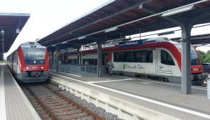 Die Odenwaldbahn mit zwei Nahverkehrstriebwagen im Bahnhof Groß-Umstadt-Wiebelsbach. Wiebelsbach in der Grenzregion zwischen RMV und VRN mit unzureichenden Tarifregelungen, auch beim neuen Schülerticket für Hessen.