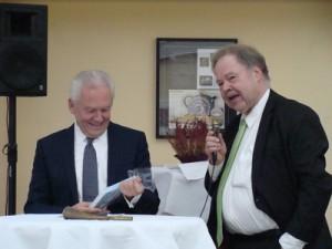 Bahnchef Rüdiger Gruber und PRO BAHN Ehrenvorsitzender Karl-Peter Naumann bei einer Gesprächsrunde.