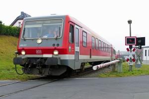 Ein VT 628 auf der Lumdatalbahn an einem Bahnübergang bei Mainzlar. (Bild: Lumdatalbahn e.V.)