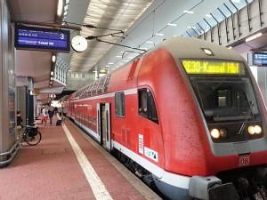 Ungewohntes Bild - ein RegionalExprress der Linie RE 30 (Frankfurt am Main-Gießen-Marburg-Kassel) fährt in Wilhelmshöhe auf dem Fernzuggleis 3 ein.