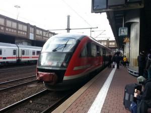 Ein Zug des RE 2 von Erfurt am Endpunkt auf Gleis 7 in Kassel-Wilhelmshöhe. Im Hintergrund ein IC auf Gleis 4.