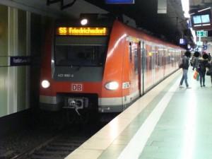Ein Zug der stark ausgelasteten Linie S 5 im Frankfurter Hauptbahnhof, die die größeren Kommunen Oberursel, Bad Homburg, Friedrichsdorf und künftig auch Usingen verbindet. Auch hier dürften künftig die Bahnen nachts fahren.