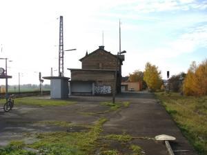 Der Bahnhof Niederwalgern, man sieht noch die Bauart als Keilbahnhof. Links ist die Main-Weser-Bahn mit den Gleisen 1, 2 und 3, auf der rechten Seite die stillgelegte Aar-Salzböde-Bahn.  Die Gesamtanlage ist ein Sanierungsfall.