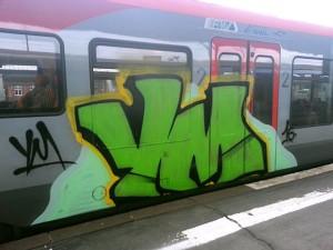 Ein beschmierter Zug der Hessischen Landesbahn der RE 98 Frankfurt (Main)-Gießen-Marburg-Kassel im Kasseler Hbf.