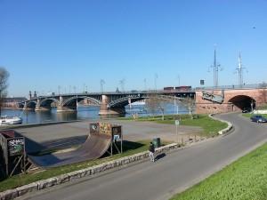 Die Theodor-Heuss-Brücke über den Rhein, sie verbindet Wiesbaden mit Mainz (hier auf der gegenüberliegenden Seite), damit zwei quasi verwachsene Städte. PRO BAHN trägt dem Rechnung. Die Brücke könnte in Zukunft auch Straßenbahnschienen auf sich tragen.