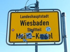 Ein Novum in Deutschland, das die beiden Landeshauptstädte verbindet. Ein ursprünglich bis 1945 zu Mainz gehörender Stadtteil wurde, weil er auf der rechten Rheinseite liegt,  durch die Alliierten nach 1945 dem Land Hessen und damit der Stadt Wiesbaden zugeordnet. Der Verbundenheit zu Mainz wegen trägt der Stadtteil dennoch weiterhin den Namen Mainz-Kastel. Gleiches gilt für die Orte Amöneburg und Kostheim.