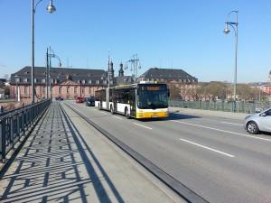Ein Bus der Linie 6 auf der Theodor-Heuss-Brücke, sie verbindet die Hauptbahnhöfe Mainz und Wiesbaden miteinander. Eine völlig überlastete Buslinie, welche aufzeigt, dass Wiesbaden die Citybahn braucht.