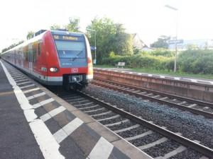 Die S 6 fährt in die Station Dortelweil auf der Main-Weser-Bahn ein. Noch teilt sie sich hier die Gleise mit den Regional- und Fernzügen. Wenn auch im 2. Bauabschnitt aber in einigen Jahren sollen auch hier vier Gleise liegen.