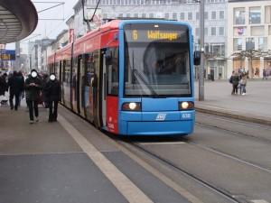 Die Linie 6 am Ständeplatz in Kassel. Sie fährt bislang im Osten nach Wolfsanger. Das soll sich ändern, denn sie soll das Streckenende mit der Linie 7 tauschen und künftig in die Ihringshäuser Straße fahren, was sehr umstritten ist.