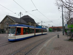 Eine Straßenbahn vor dem Hauptbahnhof in Darmstadt.