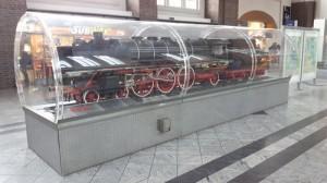 Die Modelllok im Darmstädter Hauptbahnhof.