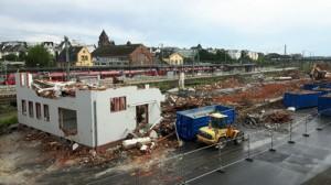 Die fast vollständig abgebrochenen Gebäude neben dem Bahnhof von Gießen auf der Westseite mit Blick vom Steg am Pendlerparkhaus am 01.08.2017.