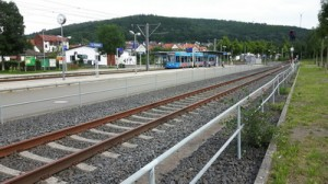 Der Bahnhof von Helsa, hier endet jede 2. Fahrt der Linie 4, wie der auf dem Bild stehende Zug, jeder zweite Zug fährt weiter nach Hessisch Lichtenau auf der Trasse mit der Geräuschkulisse.