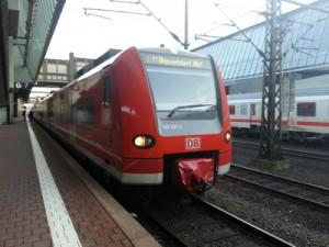 Ein RE 11 der Baureihe 425 an seinem Endpunkt im Bahnhof Kassel-Wilhelmshöhe.