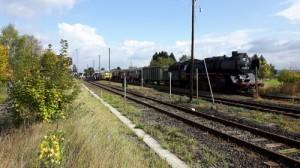 Dampflok und Historischer Zug auf Gleis 3 in Beienheim, auf Gleis 1+2 die fahrplanmäßigen Triebwagen der Hess. Landesbahn am 03.10.2017.