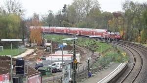 Der viergleisige Ausbau der Main-Weser-Bahn hat begonnen. Im Bild links ist das Baufeld, wo nun zwei weitere Gleise für den Durchgangsverkehr angebaut werden. Ein Doppelstock-Zug der Linie RE 30 (Frankfurt-Gießen-Marburg-Kassel) ist gerade auf dem Weg Richtung Norden.