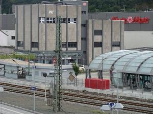 Der Bahnhof in Wetzlar, nur noch mit Fahrkarten beim Brötchenverkauf, nicht mehr durch Fachpersonal der DB wie in Gießen, Marburg und Limburg (Stadtbahnhof)